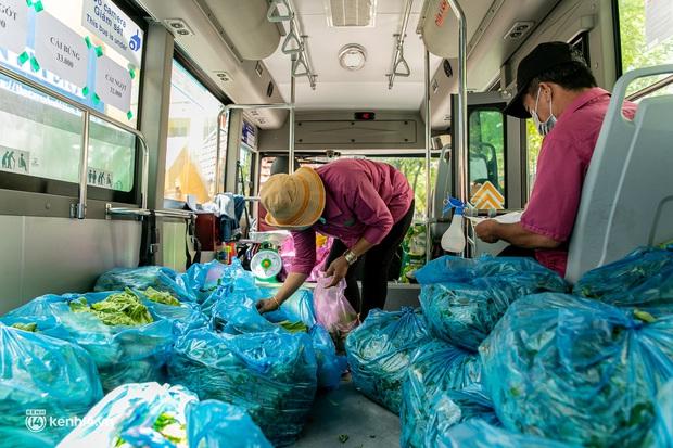 Ảnh, clip: Những chiếc xe buýt chở đầy rau củ với giá bình ổn cho người dân Sài Gòn những ngày giãn cách xã hội - Ảnh 7.