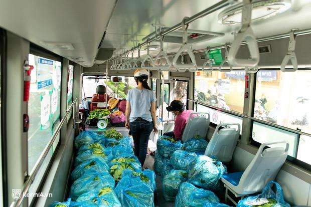 Ảnh, clip: Những chiếc xe buýt chở đầy rau củ với giá bình ổn cho người dân Sài Gòn những ngày giãn cách xã hội - Ảnh 10.