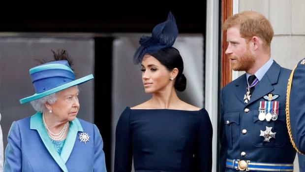 """Trước lùm xùm """"làm loạn"""" hoàng gia của cháu trai, Nữ hoàng Anh cuối cùng cũng nổi giận và có hành động tuyệt tình với Harry - Meghan - Ảnh 1."""