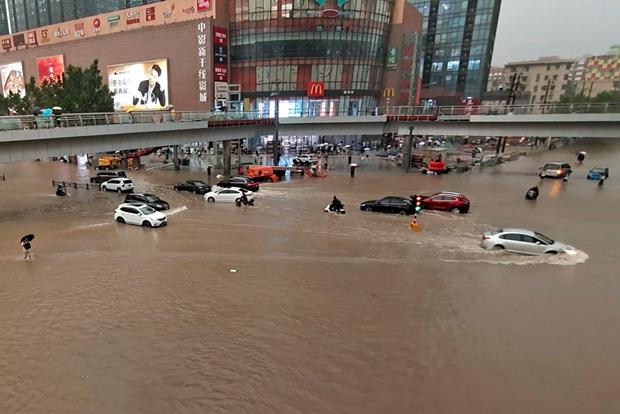 Mưa lũ lịch sử tại Trung Quốc: Kinh hoàng video cảnh hành khách bị mắc kẹt, lặn ngụp trong tàu điện ngầm khi nước dâng tới ngang vai - Ảnh 4.