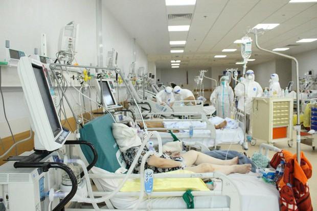 Người mẹ mang song thai nguy kịch trong khu cấp cứu bệnh nhân COVID-19 lớn nhất TP.HCM - Ảnh 1.