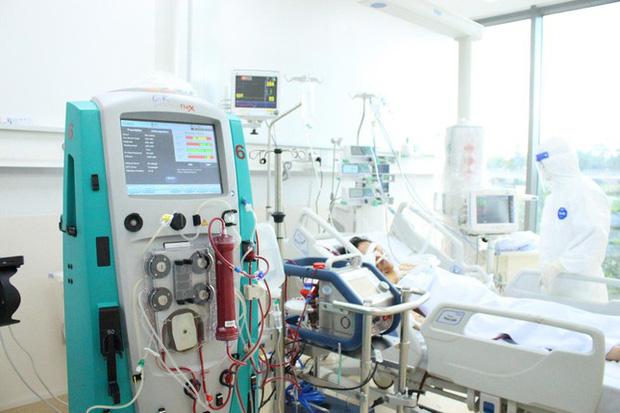 Người mẹ mang song thai nguy kịch trong khu cấp cứu bệnh nhân COVID-19 lớn nhất TP.HCM - Ảnh 2.