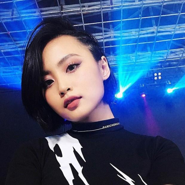 Soi trang phục livestream của MC Minh Nghi: Biến hoá liên tục từ tổng tài đến công chúa Disney - Ảnh 1.