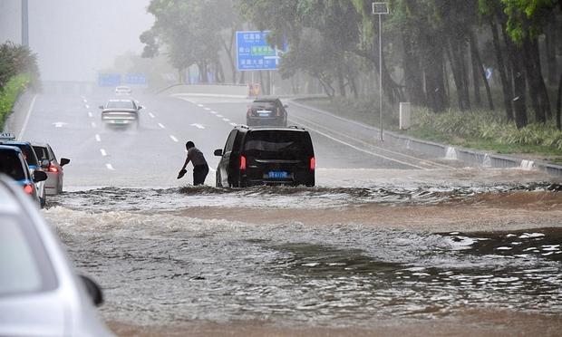 Quảng Đông (Trung Quốc) phát đi 50 cảnh báo vì bão kép - Ảnh 1.