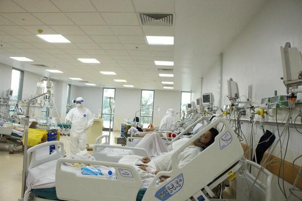 Người mẹ mang song thai nguy kịch trong khu cấp cứu bệnh nhân COVID-19 lớn nhất TP.HCM - Ảnh 4.