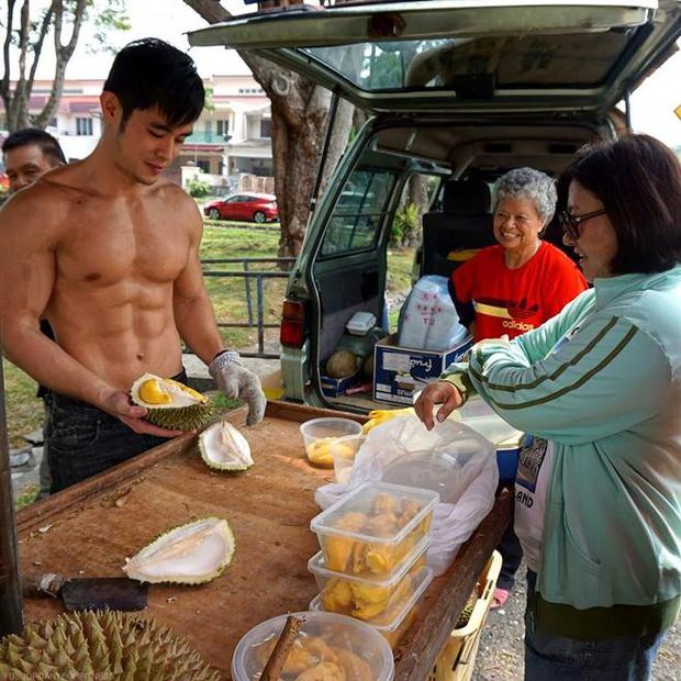 """Từng nổi toàn mạng châu Á vì bức ảnh chụp trộm vu vơ ngoài chợ, """"hot boy bán sầu riêng"""" 6 múi năm nào giờ có cuộc sống đổi đời ra sao? - Ảnh 1."""
