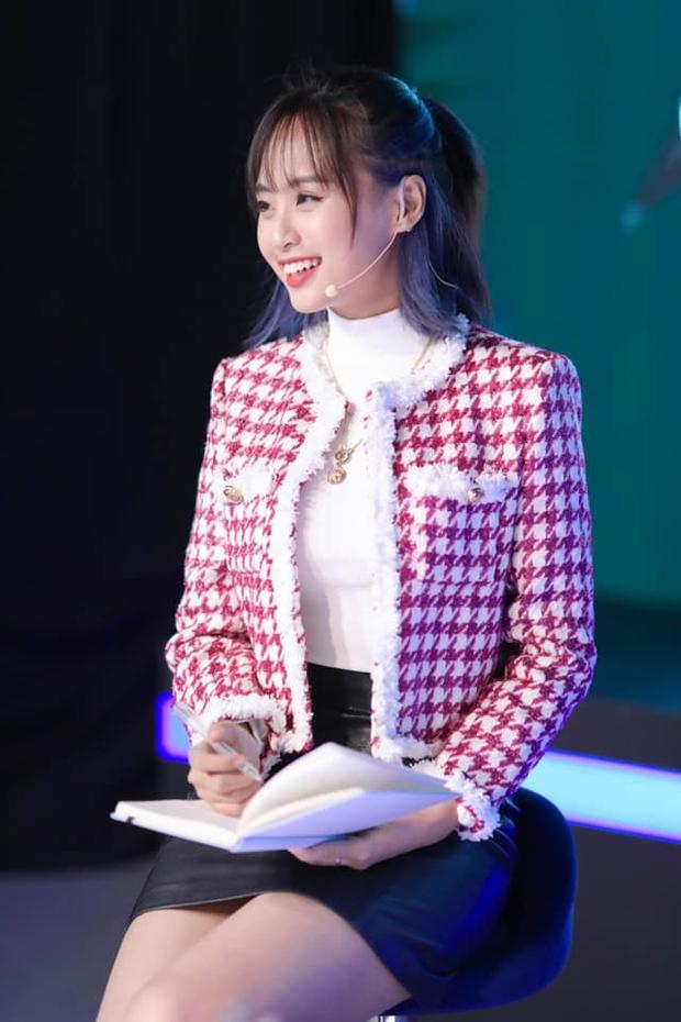 Soi trang phục livestream của MC Minh Nghi: Biến hoá liên tục từ tổng tài đến công chúa Disney - Ảnh 8.