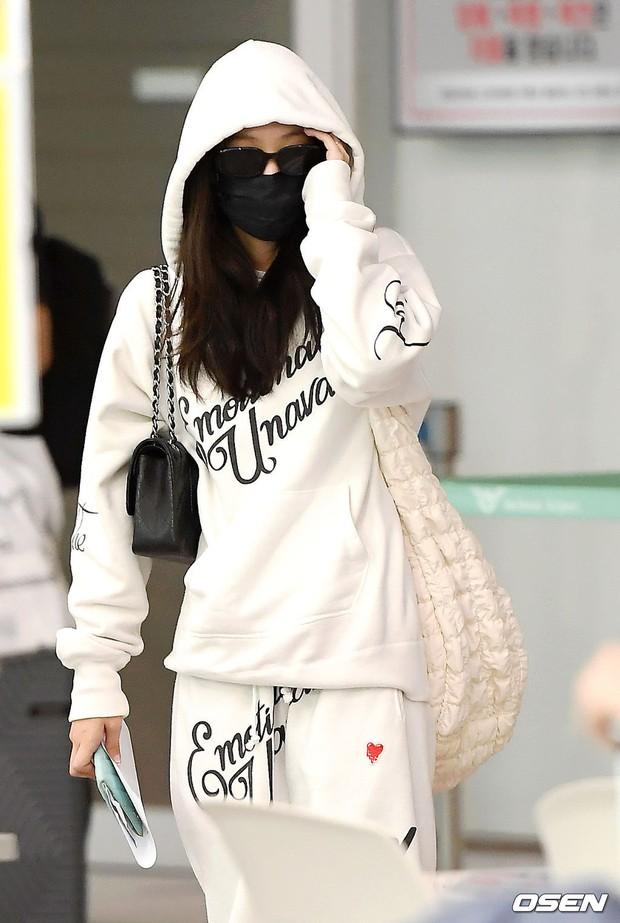 Jennie biến sân bay Hàn thành sàn catwalk, ai dè 5 phút sau phải ôm đầu sợ hãi, chạy trốn vì bị quây trong đám đông hỗn loạn - Ảnh 8.