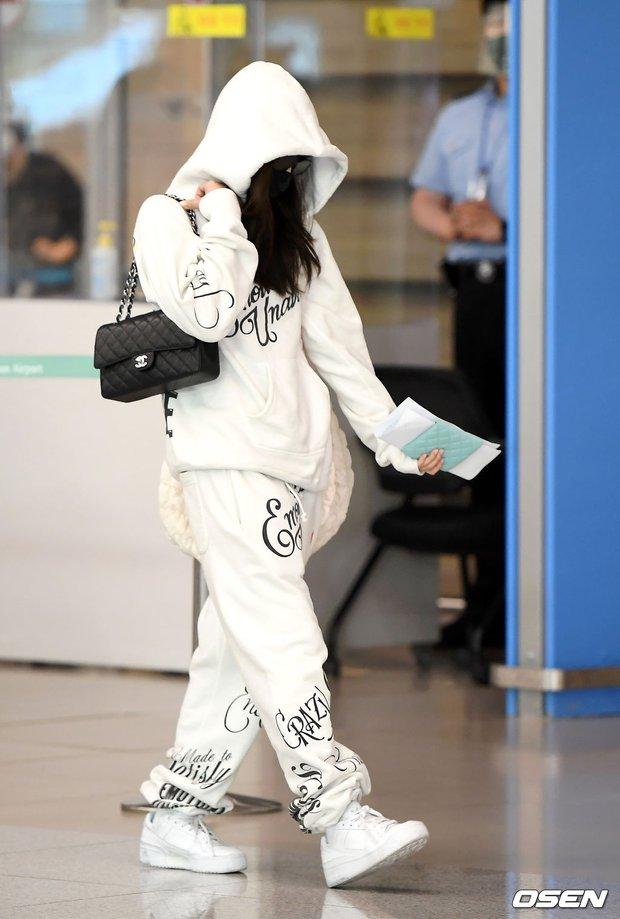 Jennie biến sân bay Hàn thành sàn catwalk, ai dè 5 phút sau phải ôm đầu sợ hãi, chạy trốn vì bị quây trong đám đông hỗn loạn - Ảnh 6.