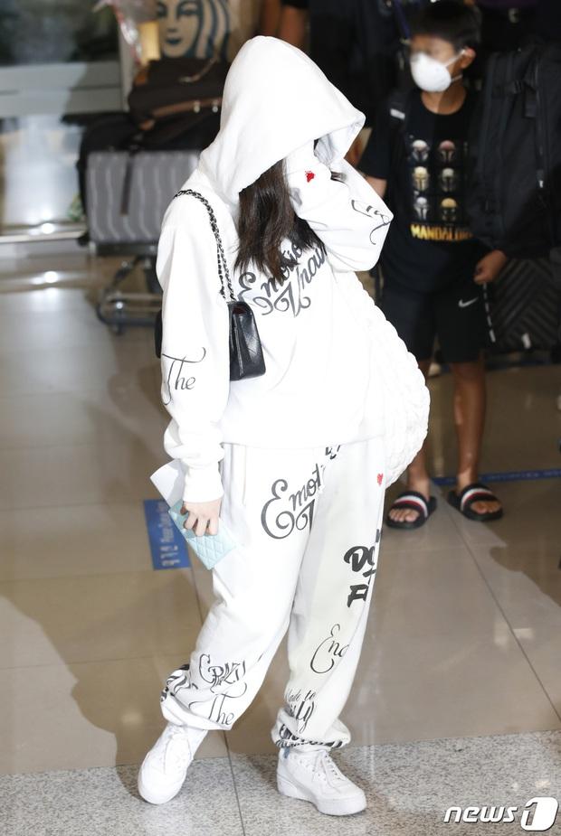 Jennie biến sân bay Hàn thành sàn catwalk, ai dè 5 phút sau phải ôm đầu sợ hãi, chạy trốn vì bị quây trong đám đông hỗn loạn - Ảnh 5.