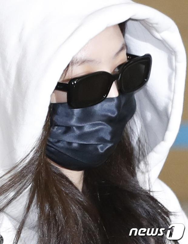 Jennie biến sân bay Hàn thành sàn catwalk, ai dè 5 phút sau phải ôm đầu sợ hãi, chạy trốn vì bị quây trong đám đông hỗn loạn - Ảnh 10.