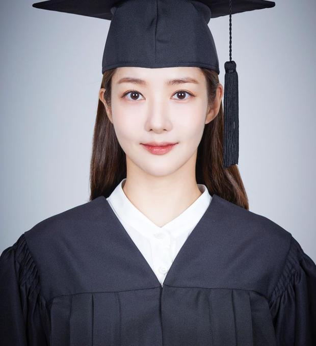Park Min Young khoe tạo hình sinh viên trong phim đóng cặp với Song Kang, dân tình ngỡ ngàng: Chị không già đi hay sao? - Ảnh 1.