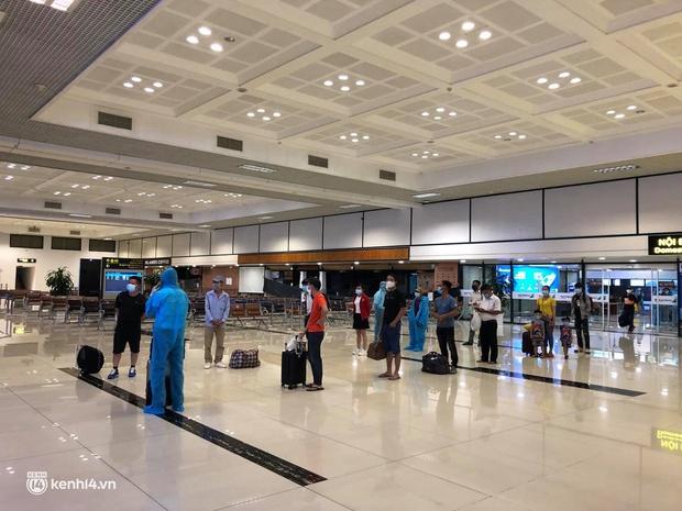 Chuyến bay duy nhất của Vietnam Airlines từ TP.HCM về Hà Nội trong ngày đầu tiên Hà Nội thực hiện Công điện số 16 - Ảnh 5.