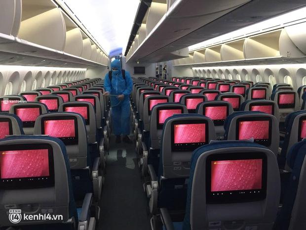Chuyến bay duy nhất của Vietnam Airlines từ TP.HCM về Hà Nội trong ngày đầu tiên Hà Nội thực hiện Công điện số 16 - Ảnh 6.