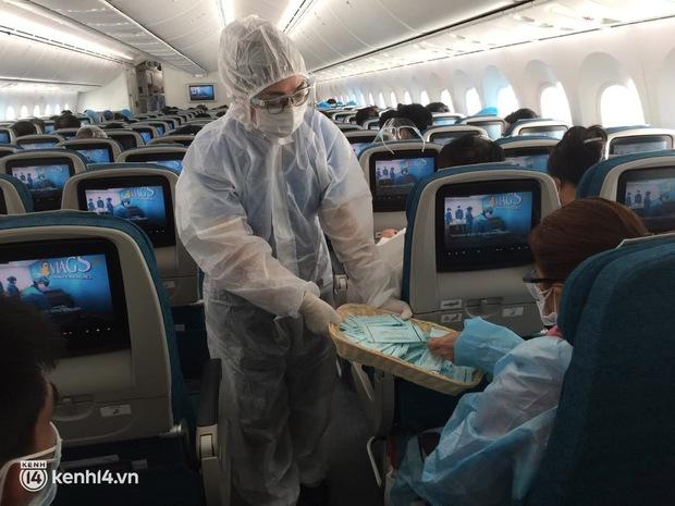 Chuyến bay duy nhất của Vietnam Airlines từ TP.HCM về Hà Nội trong ngày đầu tiên Hà Nội thực hiện Công điện số 16 - Ảnh 4.