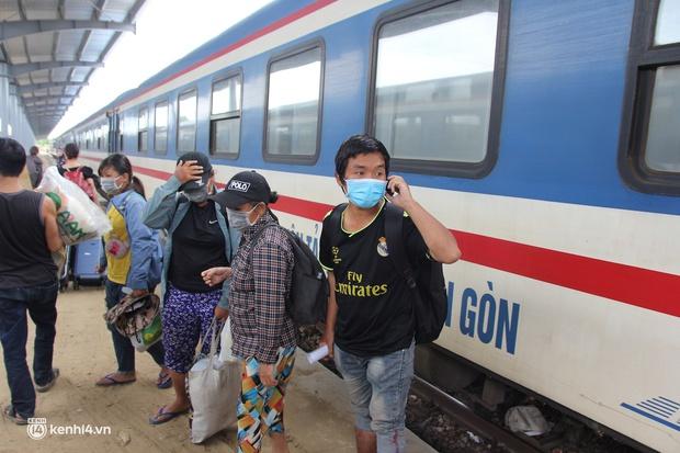4 mẹ con đạp xe từ Đồng Nai về quê do thất nghiệp sung sướng khi bước chân xuống ga Vinh - Ảnh 2.