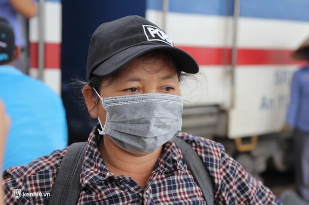 4 mẹ con đạp xe từ Đồng Nai về quê do thất nghiệp sung sướng khi bước chân xuống ga Vinh - Ảnh 4.