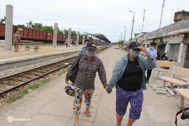 4 mẹ con đạp xe từ Đồng Nai về quê do thất nghiệp sung sướng khi bước chân xuống ga Vinh - Ảnh 5.