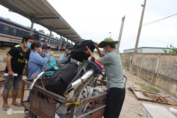 4 mẹ con đạp xe từ Đồng Nai về quê do thất nghiệp sung sướng khi bước chân xuống ga Vinh - Ảnh 6.