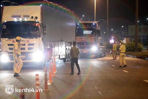 Xe chở hàng hóa lưu thông trong phạm vi 19 tỉnh, thành phố đang thực hiện Chỉ thị 16 không cần đăng ký giấy nhận diện - Ảnh 1.