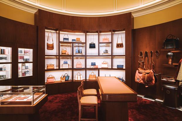 Chỉ mất hơn 1 tháng để mua lại Tiffany & Co nhưng LVMH (tập đoàn sở hữu Dior, Louis Vuitton) lại mất gần 2 thập kỷ để rồi chịu thua trước thương hiệu này - Ảnh 5.