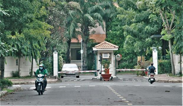 Hình ảnh độc đáo về người nước ngoài giãn cách xã hội ở Việt Nam - Ảnh 2.