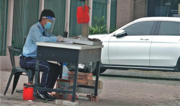 Hình ảnh độc đáo về người nước ngoài giãn cách xã hội ở Việt Nam - Ảnh 3.