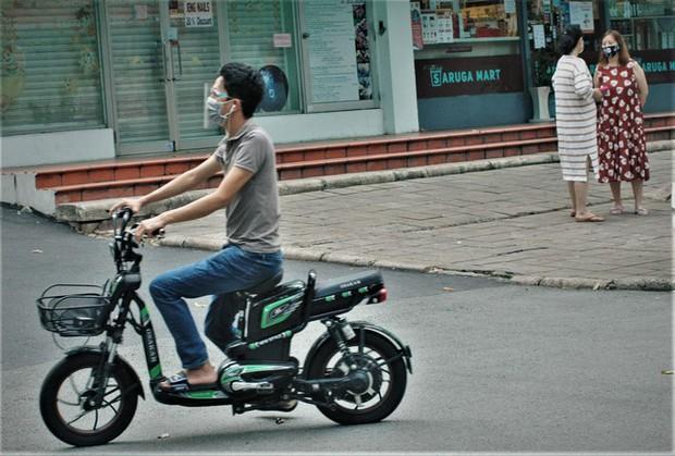 Hình ảnh độc đáo về người nước ngoài giãn cách xã hội ở Việt Nam - Ảnh 6.
