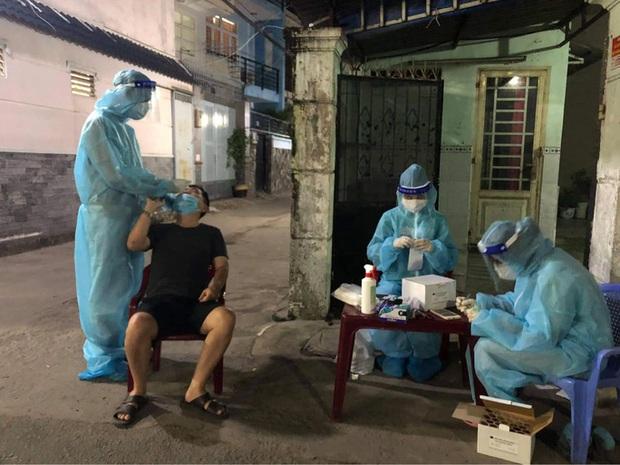 Lập bàn thờ vọng cho nữ sinh viên Hải Dương chống dịch Covid-19 ở TP.HCM chịu tang cha - Ảnh 1.