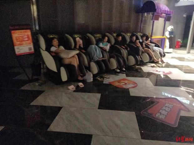 Rạp chiếu phim quyết định mở cửa, cứu giúp hàng nghìn người đang rét run vì mắc kẹt trong mưa lũ tại Trung Quốc - Ảnh 1.