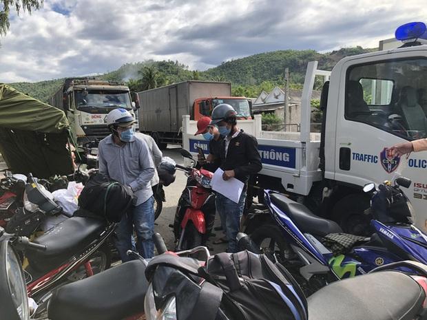 Hàng nghìn người từ TP.HCM đổ về quê tránh dịch bằng xe máy - Ảnh 2.