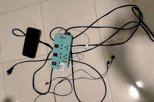 Thương tâm: Học sinh lớp 2 bị điện giật tử vong khi cầm điện thoại của bố chơi - Ảnh 1.