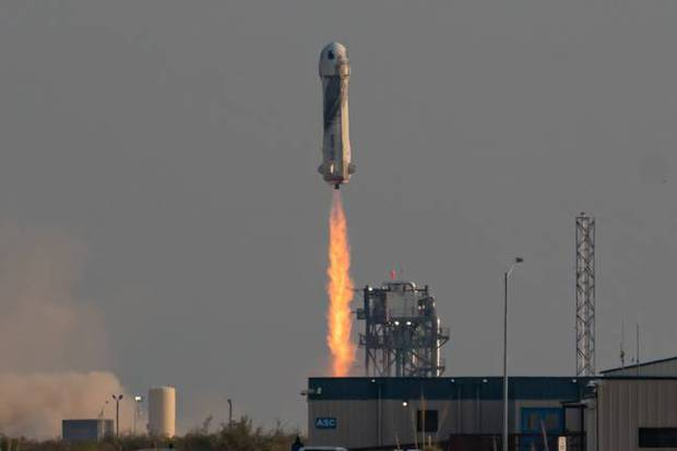Tỷ phú Jeff Bezos bay vào vũ trụ bằng con tàu hình của quý khổng lồ, đây là lý do tại sao - Ảnh 2.