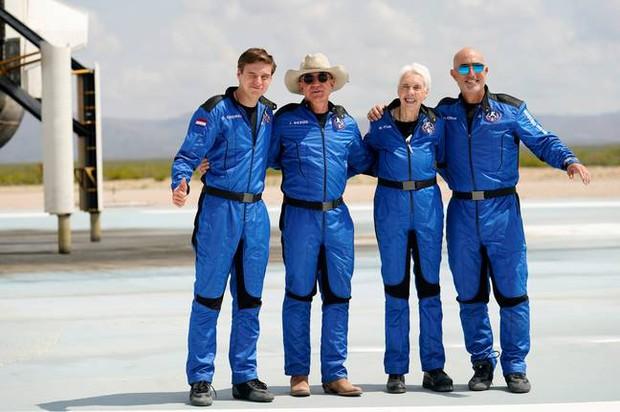 Tỷ phú Jeff Bezos bay vào vũ trụ bằng con tàu hình của quý khổng lồ, đây là lý do tại sao - Ảnh 4.