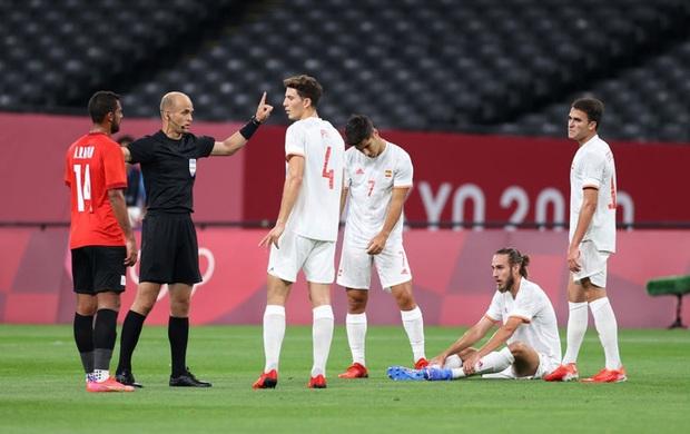 Rùng rợn: Cầu thủ Olympic Tây Ban Nha bẻ gập cổ chân sau tình huống vào bóng tai nạn - Ảnh 1.