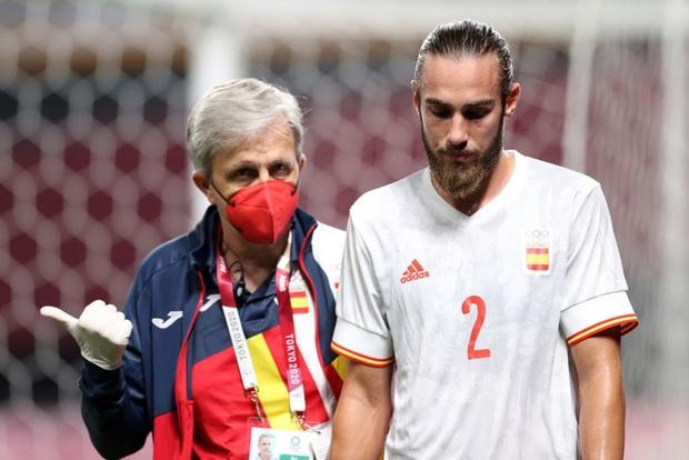 Rùng rợn: Cầu thủ Olympic Tây Ban Nha bẻ gập cổ chân sau tình huống vào bóng tai nạn - Ảnh 2.