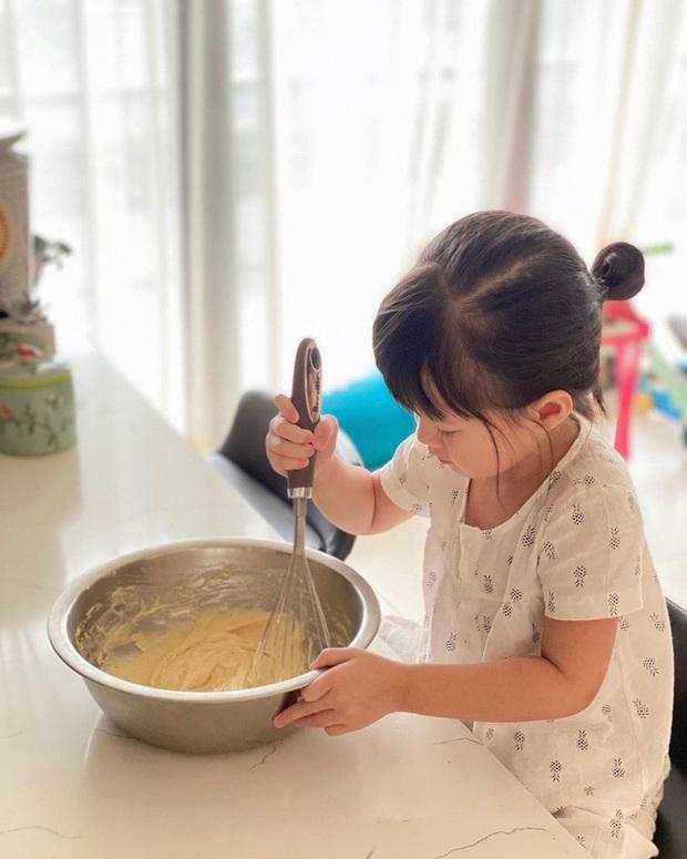 Ái nữ chỉ mới 3 tuổi nhà Đặng Thu Thảo tự tay làm bánh, nhìn thành quả cực xịn xò khiến mẹ mát lòng mát dạ - Ảnh 2.
