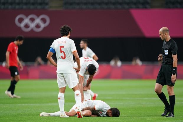 Rùng rợn: Cầu thủ Olympic Tây Ban Nha bẻ gập cổ chân sau tình huống vào bóng tai nạn - Ảnh 13.