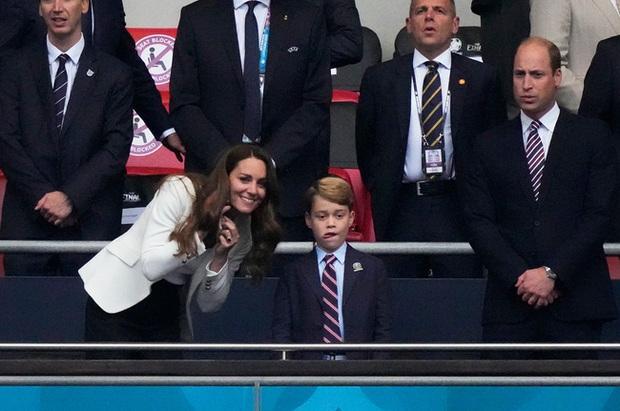 Hoàng tử bé George tung hình đón sinh nhật siêu dễ thương, nhưng đáng chú ý nhất là chi tiết thể hiện sự tinh tế đặc biệt của Công nương Kate - Ảnh 3.