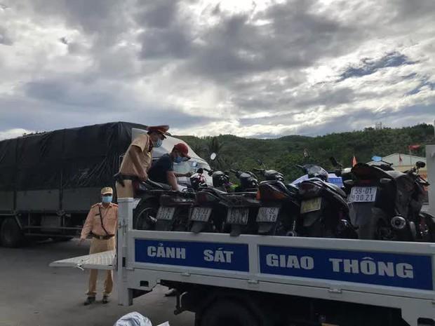 Hàng nghìn người từ TP.HCM đổ về quê tránh dịch bằng xe máy - Ảnh 3.