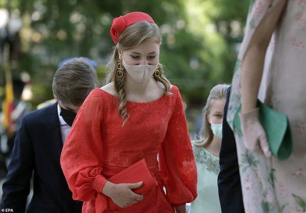 Nữ hoàng tương lai nước Bỉ hiếm hoi xuất hiện với nhan sắc gây chú ý, từng khung hình đều tràn ngập khí chất hoàng tộc ngời ngời - Ảnh 3.