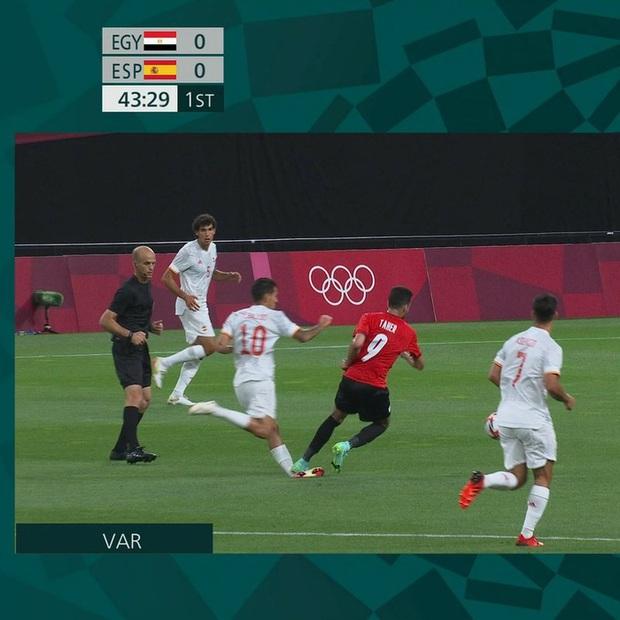 Rùng rợn: Cầu thủ Olympic Tây Ban Nha bẻ gập cổ chân sau tình huống vào bóng tai nạn - Ảnh 3.