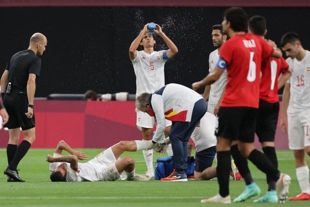 Rùng rợn: Cầu thủ Olympic Tây Ban Nha bẻ gập cổ chân sau tình huống vào bóng tai nạn - Ảnh 4.