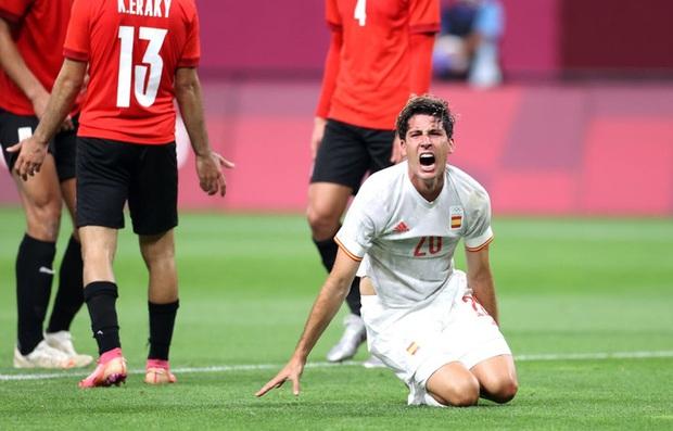 Rùng rợn: Cầu thủ Olympic Tây Ban Nha bẻ gập cổ chân sau tình huống vào bóng tai nạn - Ảnh 9.