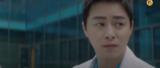 Preview Hospital Playlist 2 tập 7: Bệnh viện rơi vào rắc rối, nhà Gấu chuẩn bị thành đôi còn Song Hwa - Ik Jun hẹn hò? - Ảnh 4.