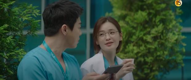 Preview Hospital Playlist 2 tập 7: Bệnh viện rơi vào rắc rối, nhà Gấu chuẩn bị thành đôi còn Song Hwa - Ik Jun hẹn hò? - Ảnh 10.