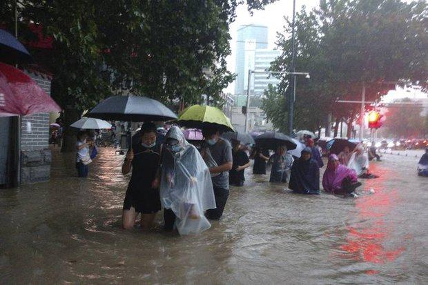 Loạt hình ảnh khủng khiếp nhất trong đợt mưa lũ nghìn năm có một nhấn chìm tỉnh Hà Nam (Trung Quốc) chỉ trong vài ngày - Ảnh 16.