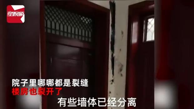 Đi du lịch về thấy nhà nứt toang vì trận lũ lịch sử, hai vợ chồng dùng băng dính dán lại nhà ở tạm - Ảnh 2.