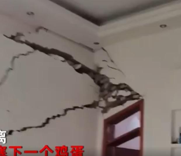 Đi du lịch về thấy nhà nứt toang vì trận lũ lịch sử, hai vợ chồng dùng băng dính dán lại nhà ở tạm - Ảnh 3.