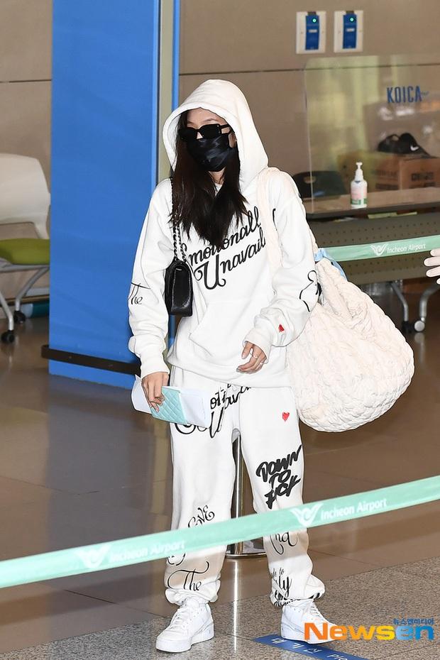 Bóc giá set đồ Jennie mặc khi chạy mất cả dép ở sân bay, xinh thế này liệu có cháy hàng không ta? - Ảnh 3.